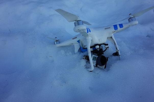Einsammeln der notgelandeten Drohne. Das nicht gerade billige Material wird bei solchen Aktionen ziemlich beansprucht.