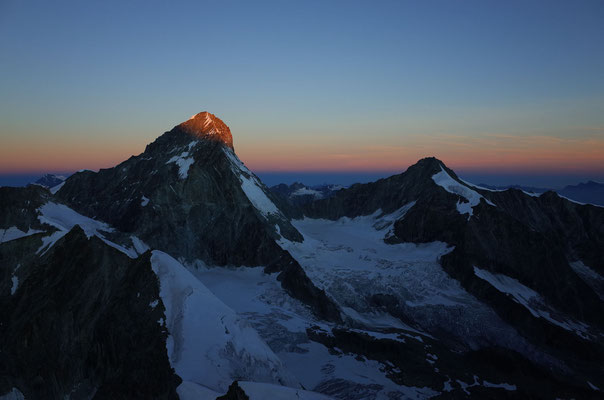 Morgenrot am Dent Blanche, der Grand Cornier (rechts) liegt noch im Schatten.