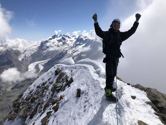 ...und der Schweizergipfel des Matterhorns, im Hintergrund das Monte Rosa Massiv.