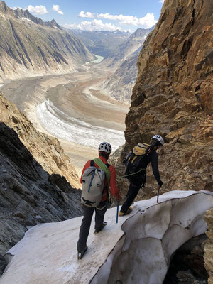 Abenteuerlicher Abstieg durch die Abschwungchälen auf den Unteraargletscher.