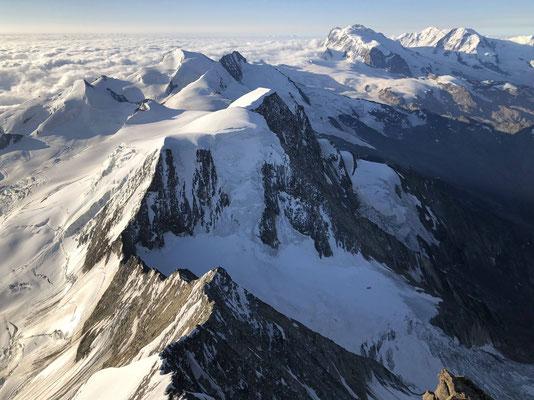 Gipfelpanorama Richtung Süden: Vorne der Alphubel, dahinter Allalinhorn, Strahlhorn, Rimpfischhorn, Monte Rosa (Signalkuppe, Nordend, Dufourspitze, Liskamm).