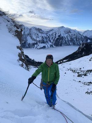 Lange Klettertage: Peter beim Ausstieg im Abendlicht. (Foto: Simon)