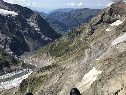 Die Schreckhornhütte sieht man unten links.