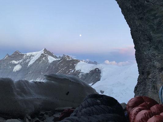 Vor-Vollmond über dem Jungfraugebiet.