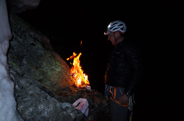 Rolf zelebriert die Verbrennung der Topo-Kopien der bereits zurückgelegten Strecke.