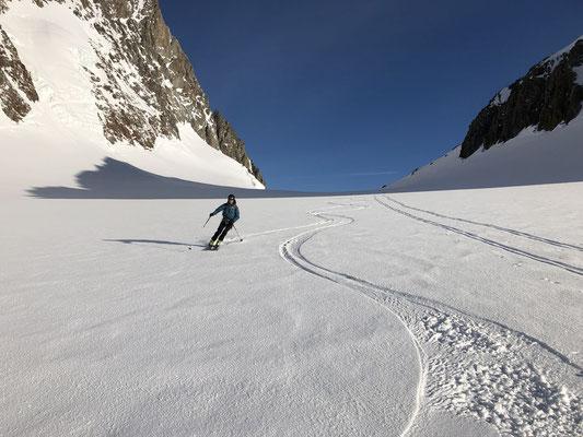 Morgendliche Abfahrt vom Studerjoch auf glitzerndem Schnee. Danach Galmihorn und eine lange Abfahrt nach Reckingen.