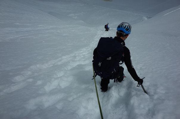 Abstieg im weichen Schnee.