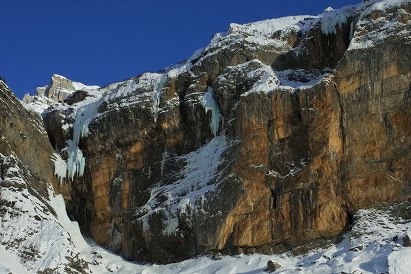Situation Tränen / Swag / Eisprinzessin. Die Flying Circus führt links im Bild über die drei schlanken Zapfen über den Eisvorhang und dann über die fette Säule.