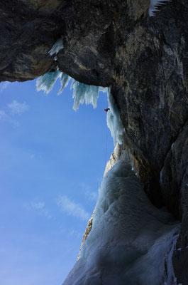 Abseilen zurück in die Grotte.