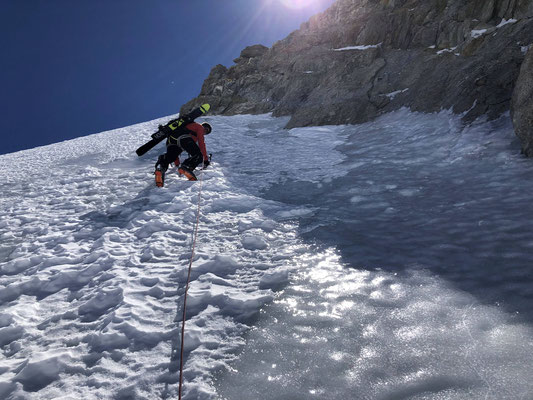 Beat steigt eine steile Eislänge vor.