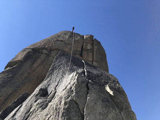 Kein Weg zurück: 50 m luftiges, teils überhängendes Abseilen vom Turm II.
