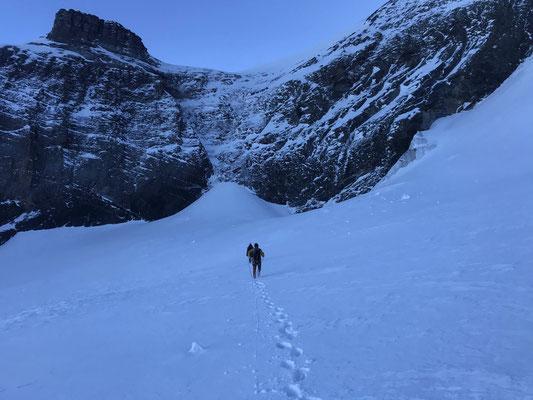In der Mulde des Eigergletschers war der Triebschnee bodenlos. In der Bildmitte das interessante Couloir.