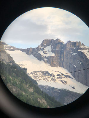 Verlockende Linie über das Schneedreieck in der Bildmitte, fotografiert von Peters Zuhause durch ein Fernglas.
