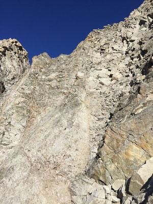 Der erste Teil des Abstiegs - unerfreuliches Gelände. Bei mehreren Seilschaften würde es steinschlägig.