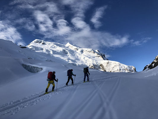 26.05.19: Aufstieg zum Col de Panossiere mit dem Grand Combin im Hintergrund.