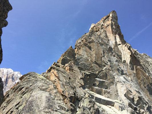 Sobald man auf dem Südgrat ist, wird die Felsqualität prächtig. (Foto: Julien)
