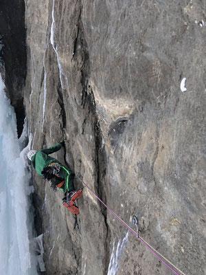 Schont die Eisgeräte: Klettern mit den Händen, fünfte Länge.