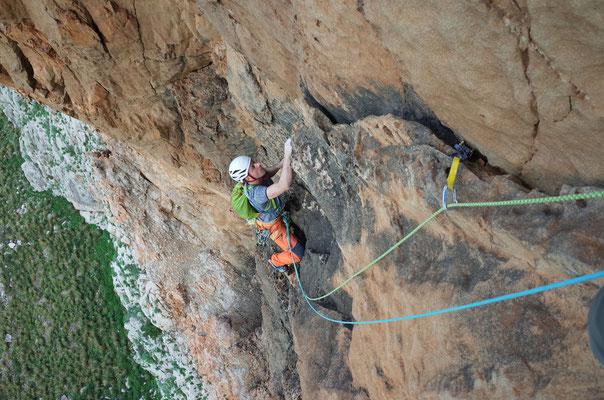 Nicht alltägliche Kletterei. Rolf in der dritten Seillänge der schönen, von Albert Leichtfried eröffneten Route.
