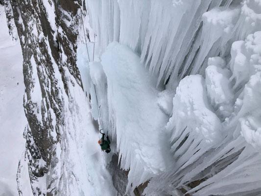 Die vierte Länge von oben. Leicht überhängende Eiskletterei vom Feinsten.
