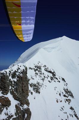 Blick zurück nach dem Start (links unter dem Gipfel)