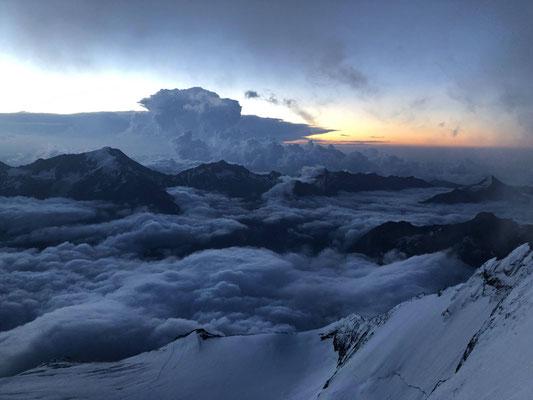 Das abziehende Gewitter im Morgenlicht kurz unter dem Gipfel des Nadelhorns.