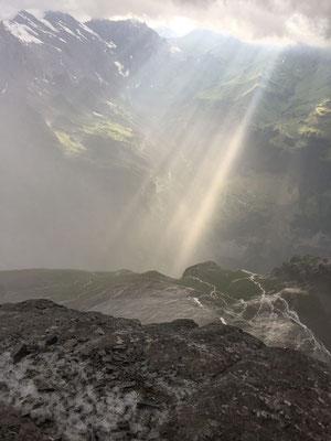 5.7.: Nach dem Gewitter brach die Sonne rasch wieder durch, jedoch blieben die Felsen nass.