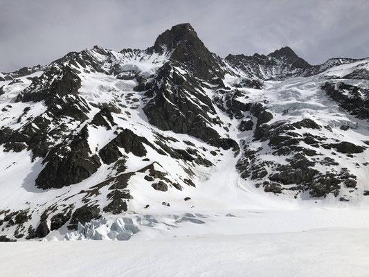 Die Schreckhornhütte vor dem Schreck- und Lauteraarhorn.