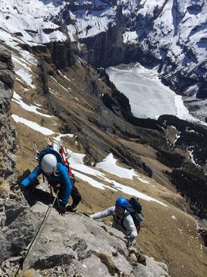 Hübsche, moderate Kletterei, im Hintergrund der immer noch gefrorene Oeschinensee.