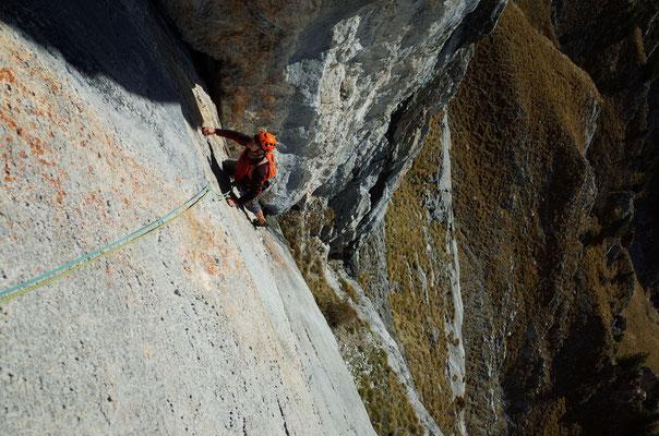 Zweite Länge, Klaus klettert über die bemerkenswert strukturierte Platte.
