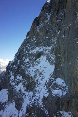 Eiger Nordwand, oben in der Mitte markant die Rampe und der Götterquergang