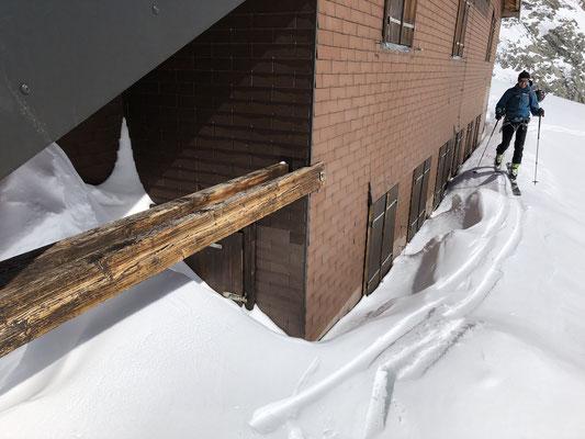 Die Schreckhornhütte im Winterschlaf. Zuerst musste der Eingang freigeschaufelt werden.