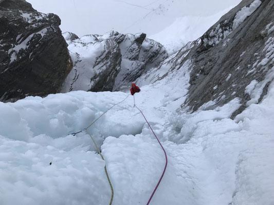 Tiefblick vom Stand der dritten Eislänge.
