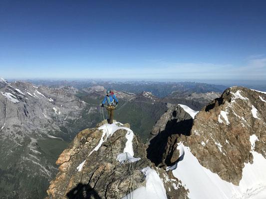 6.7.: Auf dem Grat Richtung Jungfrau. Hier ist der Fels endlich einigermassen fest und schön zu klettern. (Foto: Rolf Zurbrügg)