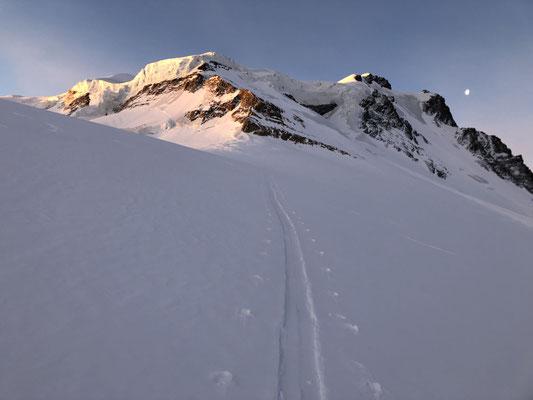 24.05.19: Die erste Schlüsselstelle, das Couloir du Gardien. Rechts in der Sonne der Combin de Valsorey, das erste Gipfelziel des Tages.