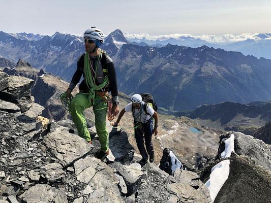 Bernhard und Klaus kommen auf dem Gipfel an.