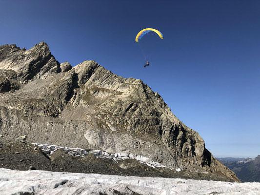 Landung gleich unterhalb der Schreckhornhütte auf dem Oberen Ischmeer. Torsten mit seinem XXLite2 Single Skin im Anflug.