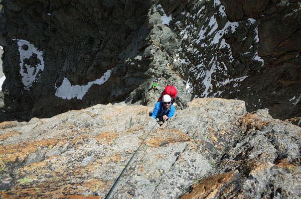 Die klettermässig schwierigste Länge, Pointe Ottoz. Im Hintergrund ein Tscheche von einer Seilschaft, die schon den zweiten Tag in der Wand weilten.