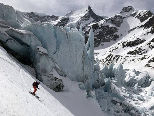 Rassige Abfahrt vor bizarren Eistürmen auf der orografisch rechten Seite des Gletschers.