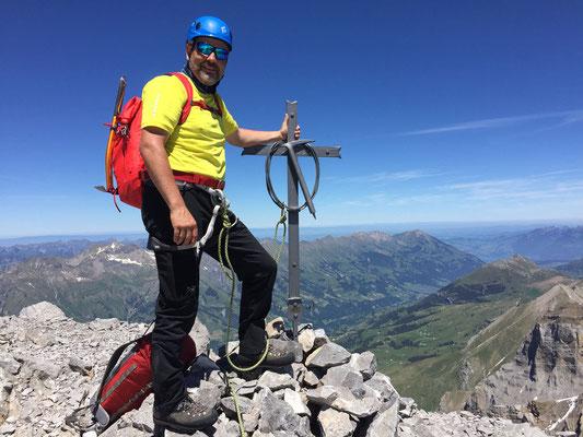 Georg und das kunstvolle Gipfelkreuz.