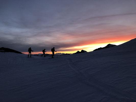 24.05.19: Endlich, Sonnenaufgang nach gut drei Stunden Marsch durch die Nacht.