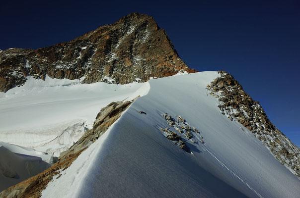 Schöner Firngrat nach der ersten Felsstufe. Im Hintergrund der Gipfel des Klein Schreckhorns.