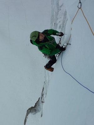 Marc Kohler klettert sich im porösen Eis der ersten Länge warm
