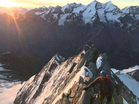 Die Sonne schlägt früh an - moderate, aber teils recht ausgesetzte Kletterei am eigentlichen Ostgrat.