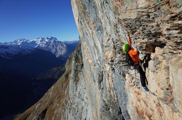Steil und griffig hoch, dann Querung nach Rechts und ein Schritt Abstieg zum Stand.