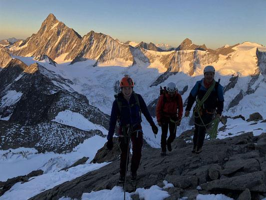 Morgenstimmung beim Aufstieg zum Schreckhorn, hinten markant das Finsteraarhorn