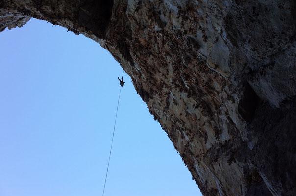Luftiges Abseilen, die Tour verläuft in der Wand rechts vom Seil.