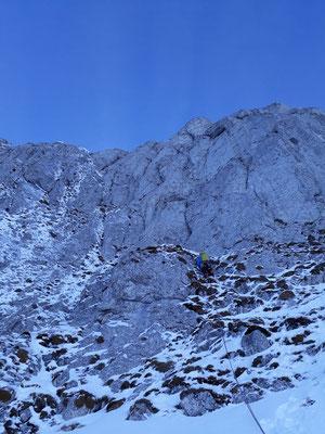 Peter in der ersten Länge. Die Tour verläuft durch das Risssystem gerade oberhalb des Kletterers. Foto: Silvan