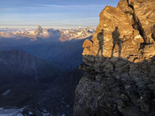 Schattenspiel vor Matterhorn, Dent d'Herens, Mt. Blanc, Obergabelhorn und Dent Blanche.