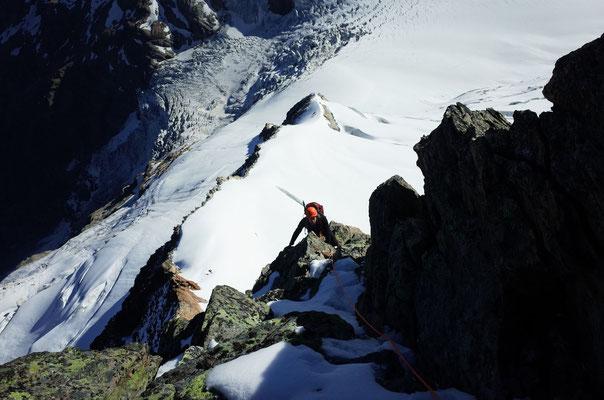 """Alpine Kletterei, schattseitig """"gewürzt"""" mit etwas Schnee."""