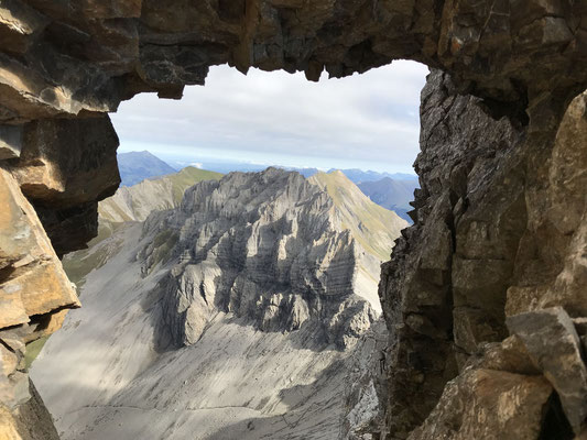 Blick durch ein Loch im Grat zurück zum Chlyne Loner